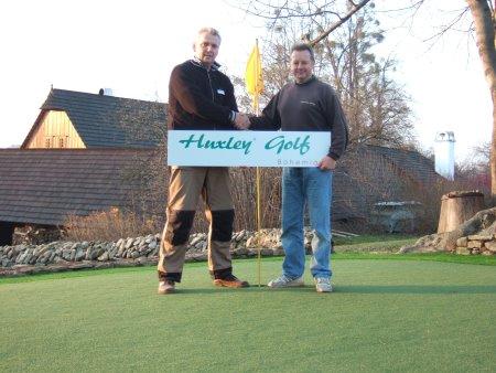 Jiří Votroubek, Owner and Managing Director of Huxley Golf Bohemia (left), alongside Richard White, Huxley Golf Installation Manager (right)