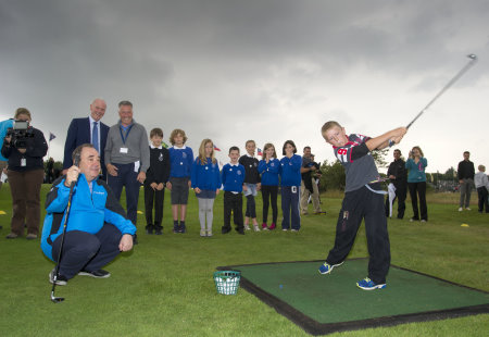 First Minister Alex Salmond, PGA Chief Executive Sandy Jones and PGA Master Professional John Mulgrew look on as kids from ThornhillPrimary School help to launch ClubGolf's Roving Pro Fund
