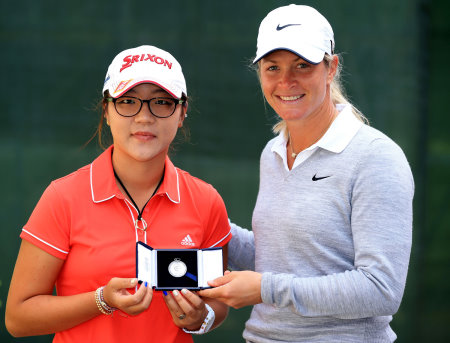 Lydia Ko receives the 2013 McCormack Medal from The R&A's Working for Golf Ambassador, Suzann Pettersen (photo credit The R&A)
