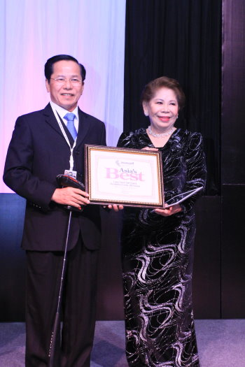 Mr. Le Van Kiem receiving an award from Ms. Angela Raymond at the recent 2013 Asia Pacific Golf Summit