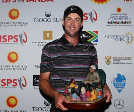 Scott Jamieson with Nelson Mandela Trophy (credit www.ispsgolf.com)