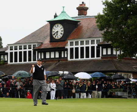 Loren Roberts winning the Senior Open Championship at Sunningdale in 2009 (©Getty Images)