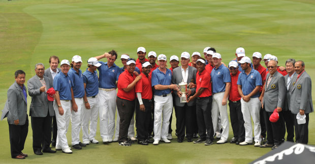 Malaysian Prime Minister Datuk Seri Mohd Najib Tun Abdul Razak with Team Asia and Team Europe (Getty Images)