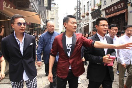Actor-singer Andy Lau (centre), flanked by Mission Hills Group Chairman and CEO Dr. Ken Chu (right) and Vice Chairman Mr. Tenniel Chu (left), looks around Haikou's impressive new tourist attraction