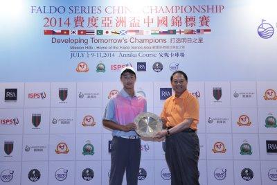 Ye Wo Cheng is congratulated by Xu Deli, Chairman of the Guangdong Golf Association