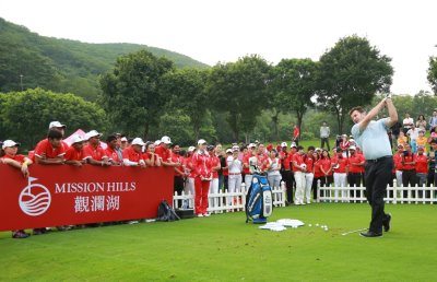 Sir Nick Faldo demonstrates a shot while giving a skills clinic for enthralled spectators at Mission Hills Shenzhen-Dongguan (Miao Hua/Mission Hills)