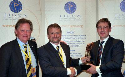 Peter Fjällman and Tom Mackenzie present the Harry Colt Award to Jonathan Smith of GEO