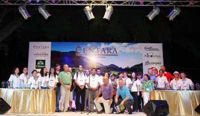 Mark Siegel (front left) and Peter McCarthy (front right) with the Centara World Masters organizing staff