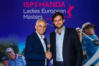 LET CEO Ivan Khodabakhsh (left) signing the agreement with Sebastian Pinzón, La Padera de Potosi Event Director