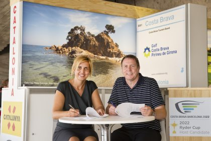 Marta Felip, Vice President of the Costa Brava Tourist Board, part of the Provincial Council of Girona, with IAGTO President, Peter Walton, signing the IAGTO Costa Brava Trophy agreement