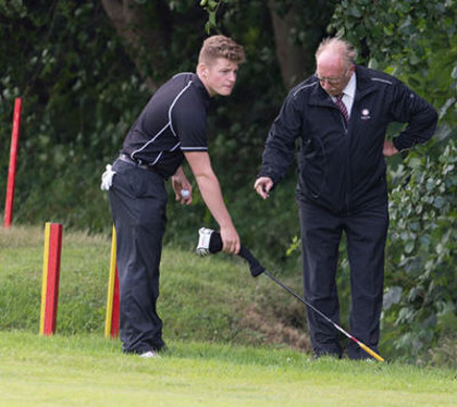 An England Golf referee advises on the rules (© Leaderboard Photography)