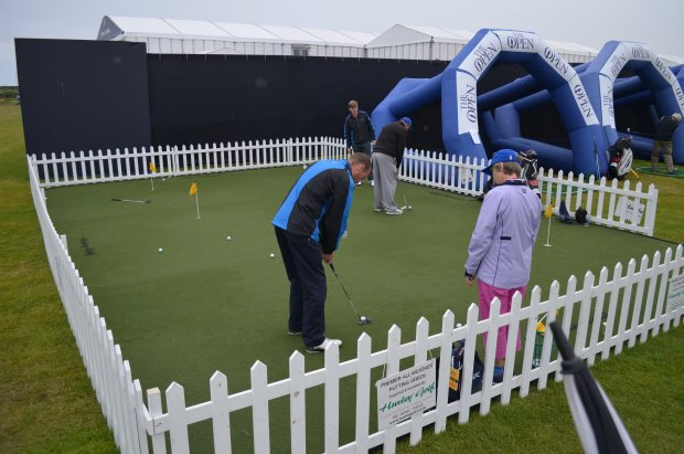 Fans receive expert tuition on the Huxley Golf putting green (© Huxley Golf)