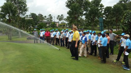 John Pryor (yellow shirt), a Certified Irrigation Designer with Hydrogold, conducts a demonstration during the field day