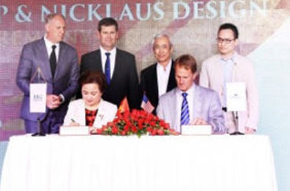 Madame Nguyen Thi Nga signing the agreement for the three new courses with Jack Nicklaus II representing Nicklaus Design